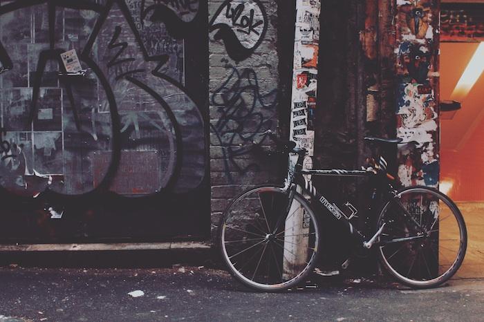 Ecran de verrouillage iphone fond d'écran verrouillage image à télécharger bicyclette au fond de mur avec graffiti