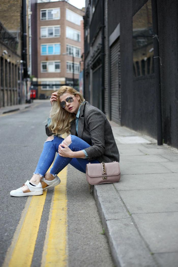 Basket femme blanche comment s habiller aujourd hui style et confort jean bleu dechiree basket blanche detail dore rose sac a main dior