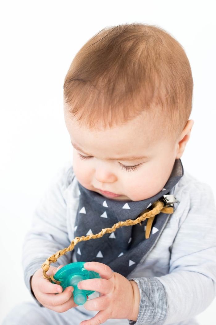 modèle sobre et épuré d'une accroche tétine personnalisée en suédine effet cuir qui s'assortit avec toutes les tenues de bébé