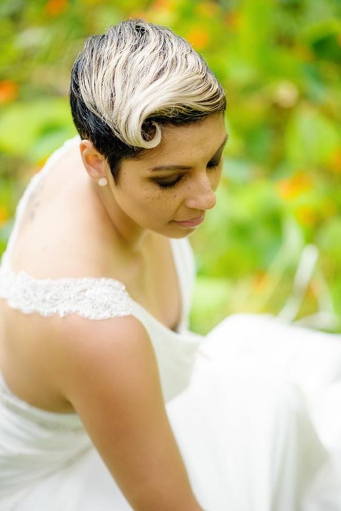 coiffure mariee, coiffure invité mariage, pixie en deux couleurs châtain foncé et mèches platinées, avec frange platinée et partie haute du crane en forme de grande onde