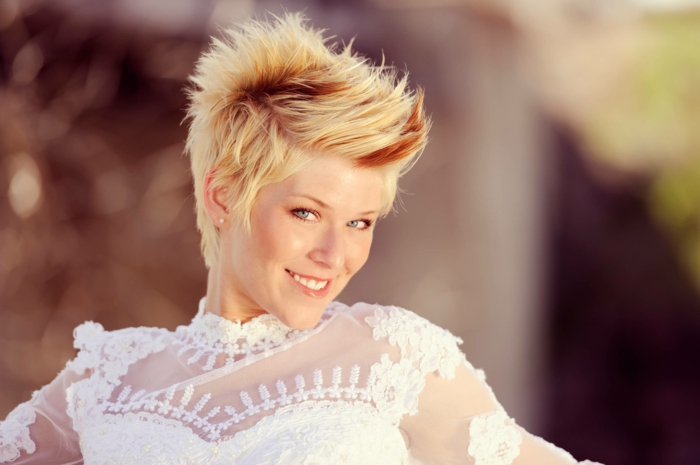 coiffure mariee, coiffure mariage boheme, coiffure cheveux court mariage, pixie blond avec frange effet ébouriffé, robe en dentelle blanche avec des épaules et décolleté transparent