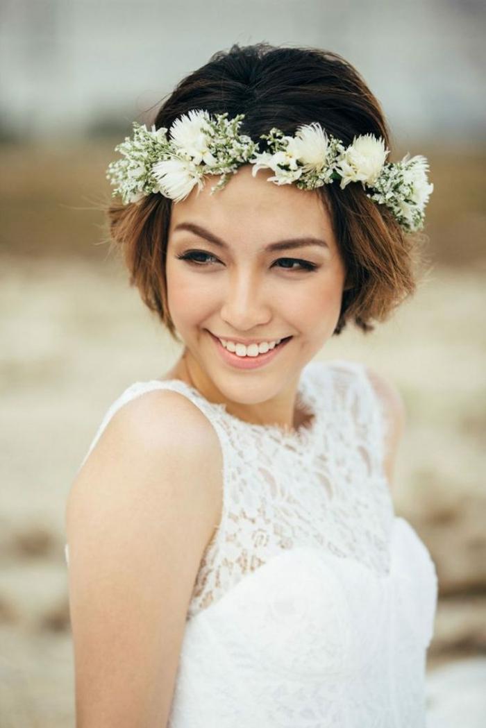 mariée avec couronne de fleurs blanches, carré très court, mèches caramel, base foncée, coiffure mariage invitée, idée coiffure mariage