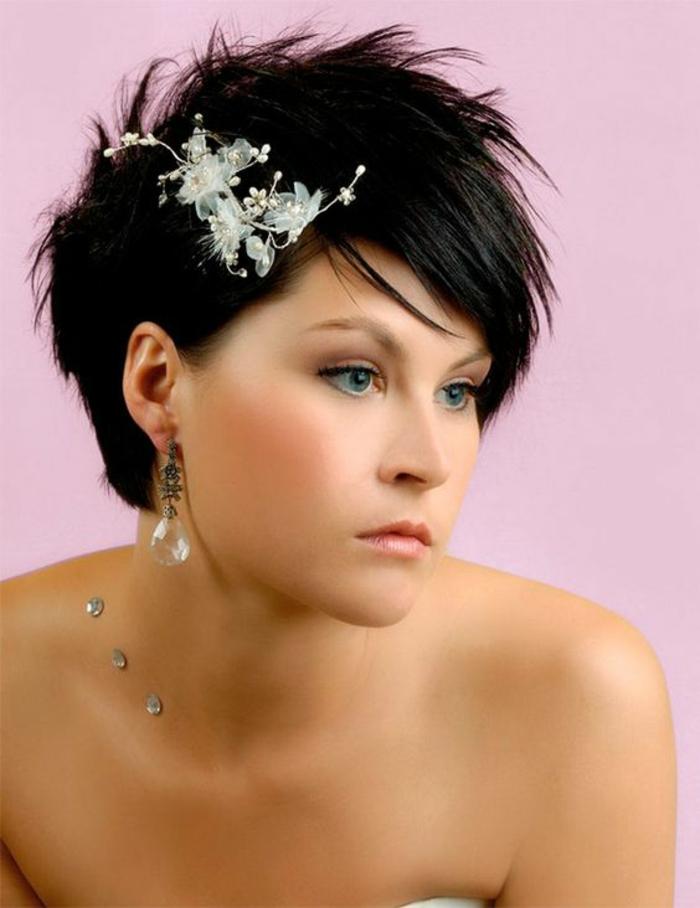 coiffure cheveux court mariage, coiffure mariee, accessoire fleurs blanches avec des petites perles blanches, pixie mèches foncées
