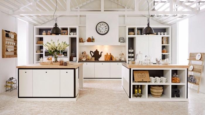 aménagement de cuisine moderne en style industriel avec plafond à poutres apparentes et ilot central à plan de travail bois massif