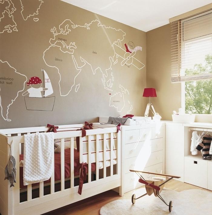 aménagement de pièce au plafond blanc et murs taupe avec dessin carte de monde pour une déco sur le thème de voyage