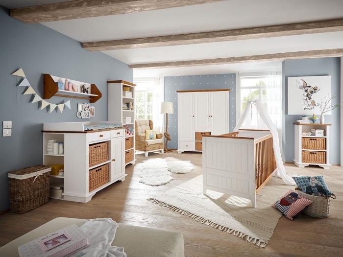 modèle de design intérieur moderne avec couleur de murs en bleu pastel et plafond à design blanc avec poutres bois