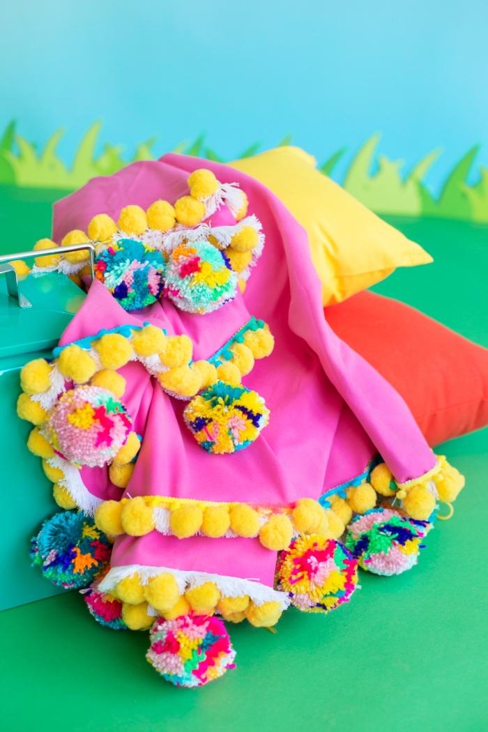 modèle de coussins et plaids à pique nique décorés avec pompons multicolore et franges, idée bricolage facile pour femme