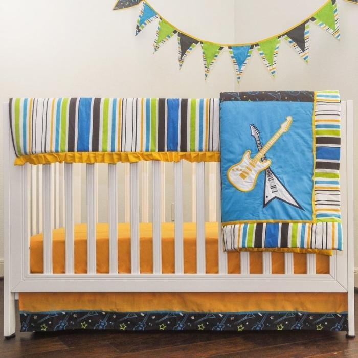 idée quelles couleurs associer pour l'aménagement d'une chambre enfant avec plancher de bois foncé et lit-bébé