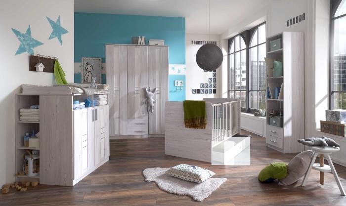 aménagement pièce nouveau-né avec mobilier complet de bois clair, déco en bleu clair et blanc avec plancher stratifié