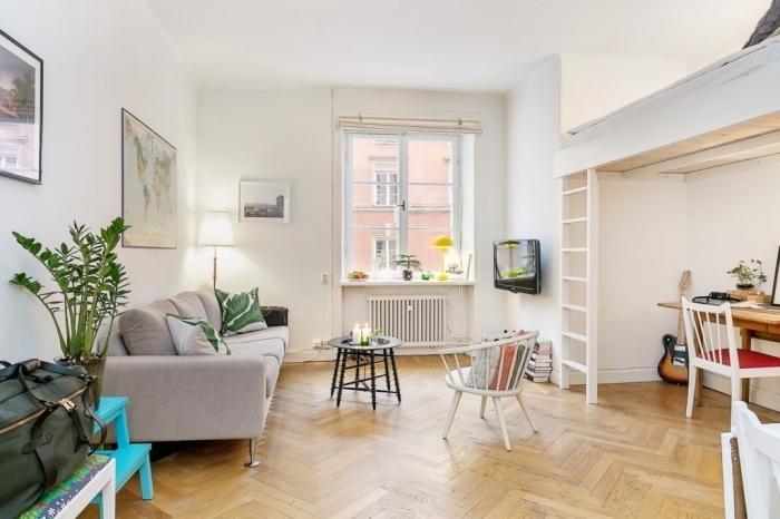 exemple comment amenager studio 15m2 avec lit mezzanine et bureau dans un salon large avec meubles de bois