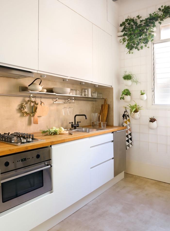 deco cuisine avec meubles sans poignées blancs et comptoir de bois stratifié clair, quel couleur associer avec le blanc dans le design d'intérieur