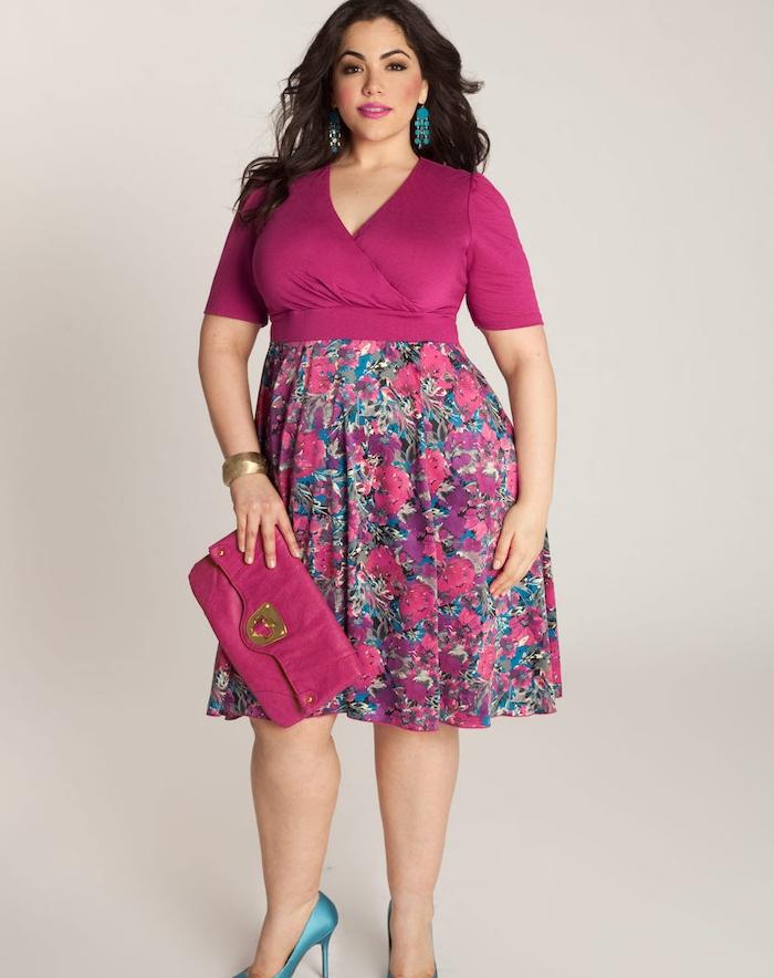 mode pour les rondes, pochette et robe mauve avec jupe à imprimé floral, chaussures et boucles d oreilles bleues