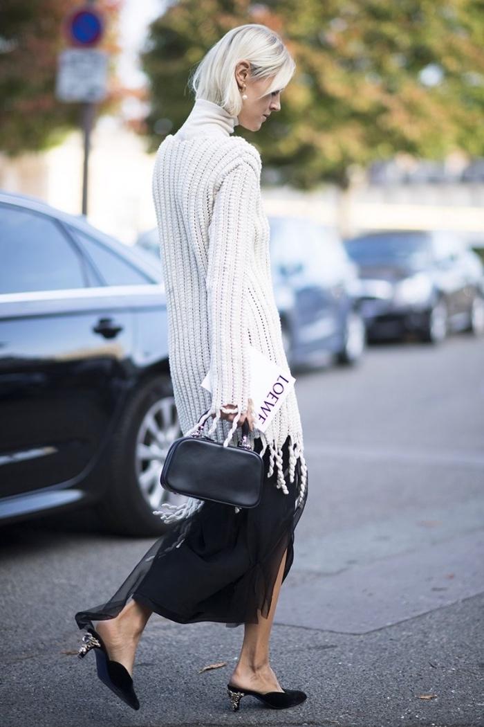 comment s'habiller avec classe et élégance en blanc et noir femme, jupe longue noire à volants combinés avec chaussures à talons kitten