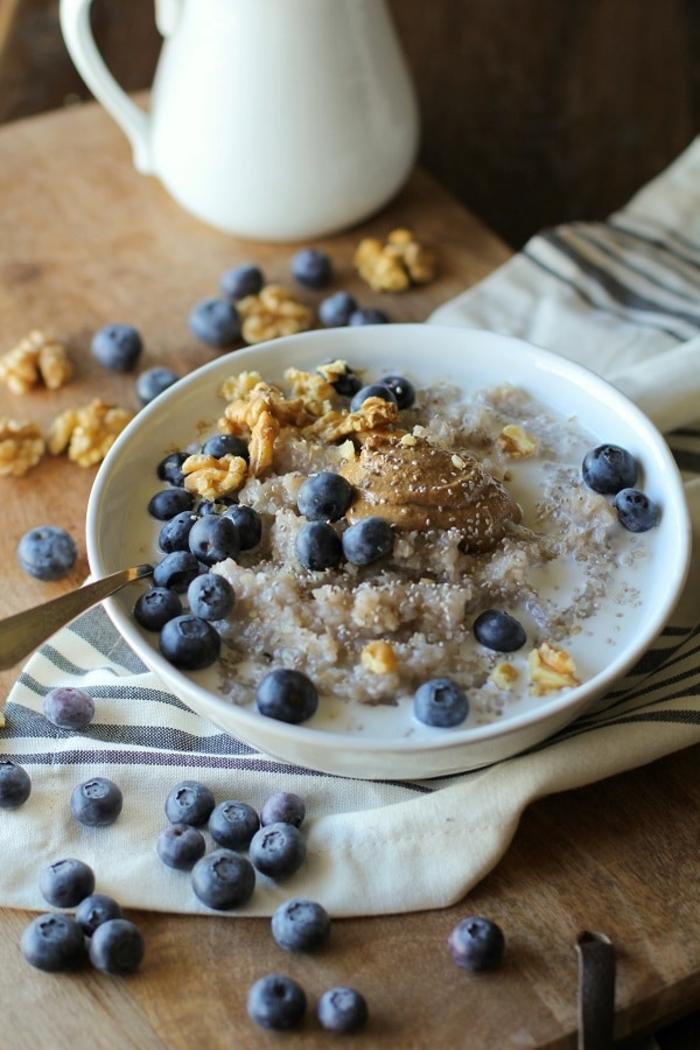 recette de porridge du lendemain au sarrasin, myrtilles et noix idéal pour un petit déjeuner diététique