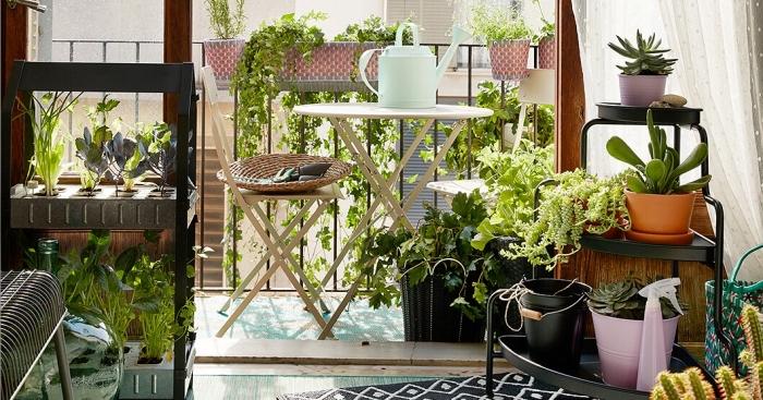 exemple comment créer un potager dans un appartement avec petit balcon, aménagement terrasse avec mobilier en bois et plantes comestibles