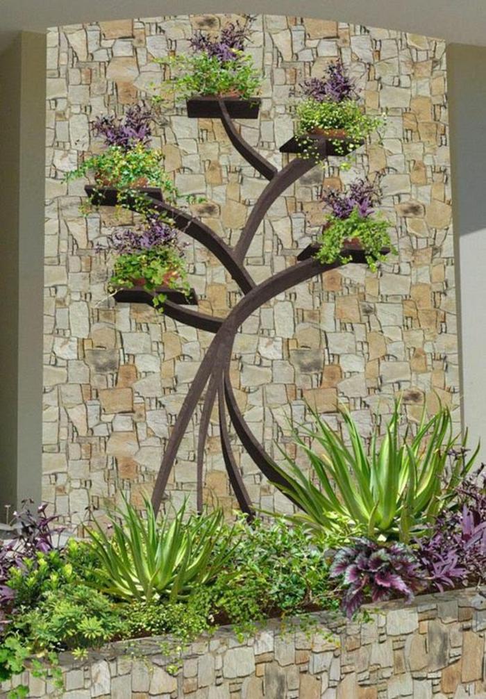 décoration murale pur le jardin, arbre en bois appliqué sur le mur, avec des branches qui servent de porte-plantes, décorer son jardin avec des plantes vertes et rouges