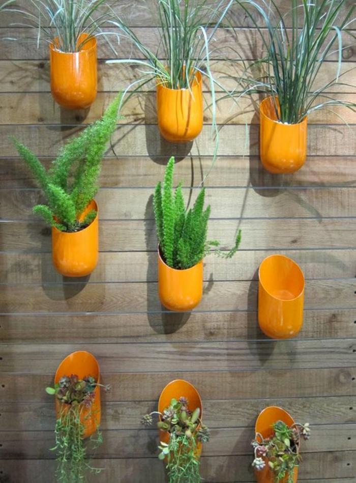 des porte-plantes accrochés au cintre, réalisées avec des bouteilles en plastique orange, déco faite maison, amenagement jardin avec des objets de récupération