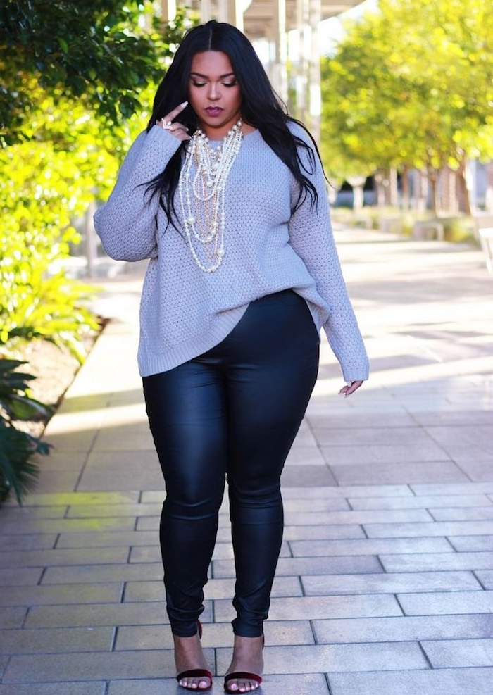 pantalon fuseau en cuir noir, pull femme gris clair, collier de perles blanches, cheveux noirs, vetement femme grande taille style décontracté