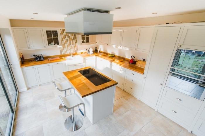 aménagement de cuisine en L avec ilot central en blanc et bois, idée déco de style moderne et traditionnel en blanc et bois