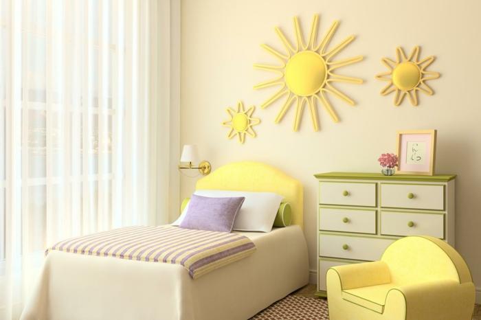 decoration murale design, chambre d'enfant en jaune, trois soleils en tissu jaune au-dessus du lit, lit avec tete de lit jaune, moquette en carreaux rouges et blancs