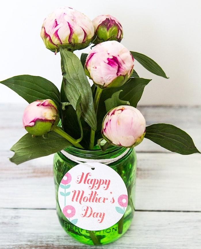 pot de verre transformé en vase avec des pivoines dedans et une étiquette joyeuse fete des meres, cadeau original fete des meres