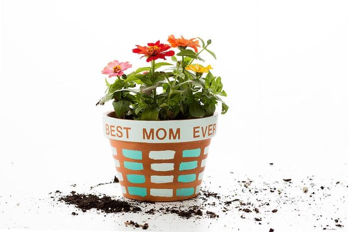 un pot de fleur en terre cuite personnalisé avec de la peinture, idée de cadeau fete des meres pour les femmes passionnées du jardinage
