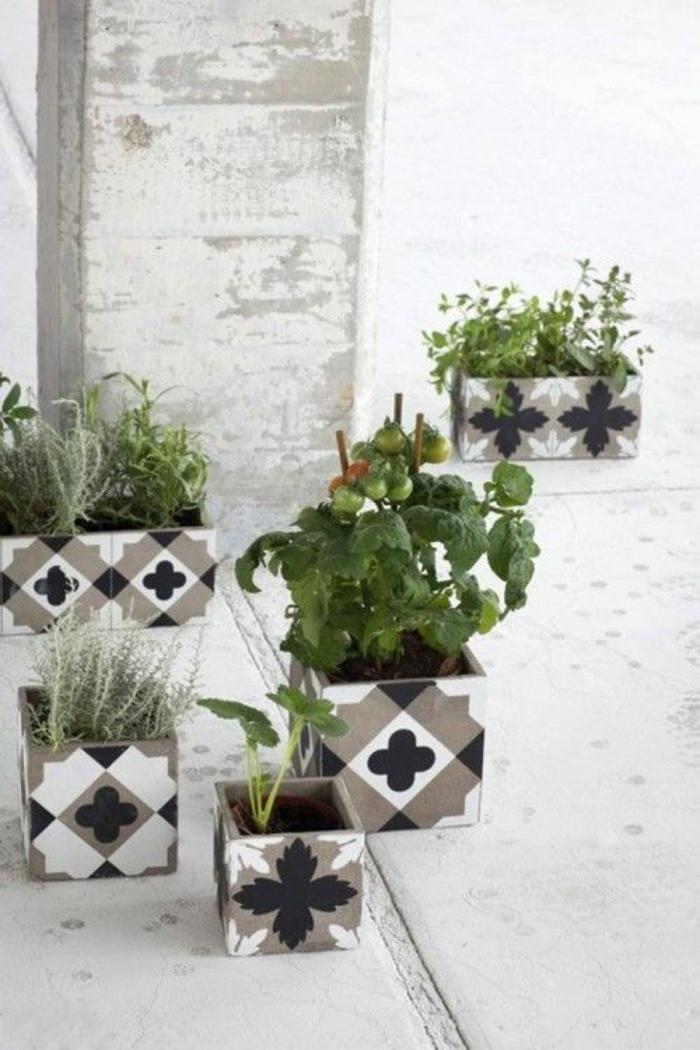 des tomates plantées dans des pots carrés ornés de losanges et de feuilles en noir, blanc et beige, aménagement jardin pas cher, jardin deco, entrée de maison