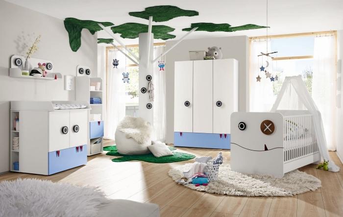 fantastique idée déco chambre bébé avec colonne décorative au centre à design arbre et un pouf à housse faux fur blanc