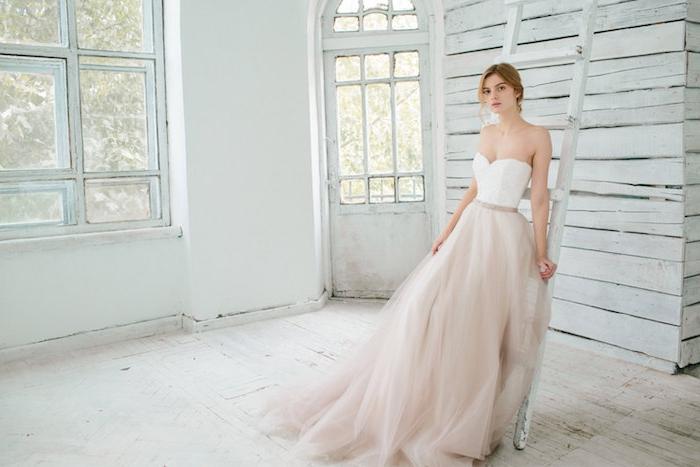 robe de mariage princesse avec une jupe en tulle rose clair et un bustier blanc avec ceinture rose