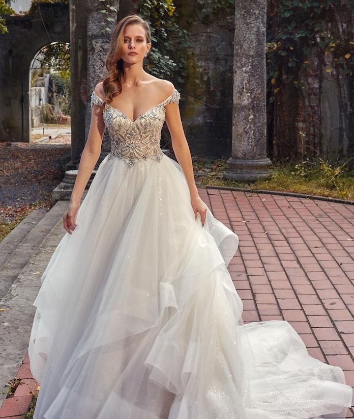 une idée de jupe à plis et un bustier champagne à décorations pierres argent, épaules tombantes, coupe princesse