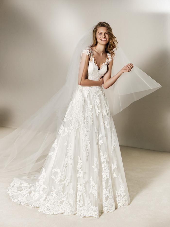 exemple de robe mariée dentelle blanche, motifs floraux brodées et manches légères, col en v