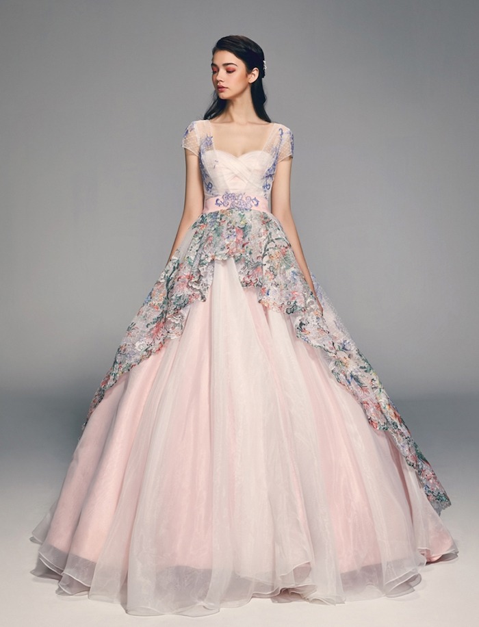 robe de mariée originale en rose avec une voile à motifs floraux dessus la jupe, style champetre princesse