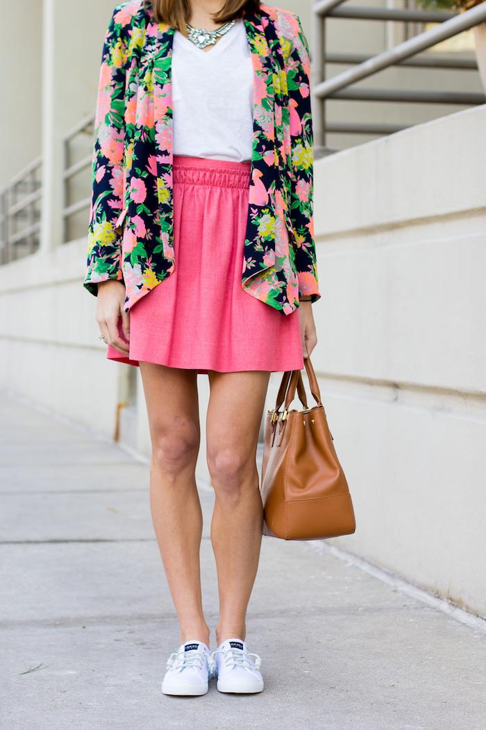 Basket paillette cool idée quelle baskette choisir pour sa tenue associer jupe et basket veste fleurie jupe rose neon basket blanche tenue printemps