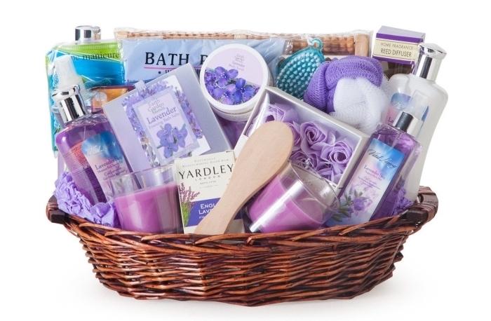 exemple de cadeau fête des mères original en forme de panier rempli de produits cosmétiques et d'aromathérapie