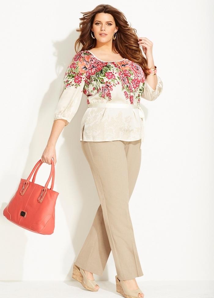 vêtement femme grande taille avec chaussures et pantalon beige, chemise à imprimé floral, grand sac à main rouge
