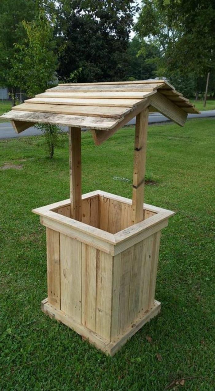 accessoires de jardin en palettes, puits carré avec petit toit, ambiance zen, espace tranquille, bois clair, meubles de jardin en palettes