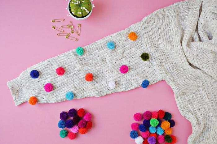 idée comment customiser un pull over femme beige avec petits pompons fait main de couleurs variées, vêtements fashion pour femme diy