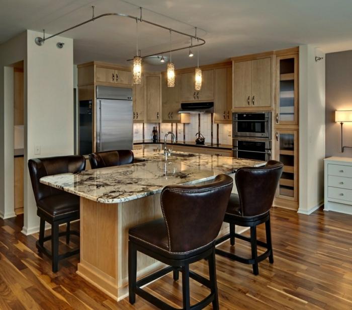 cuisine élégante avec mobilier de bois, îlot central table en bois et marbre