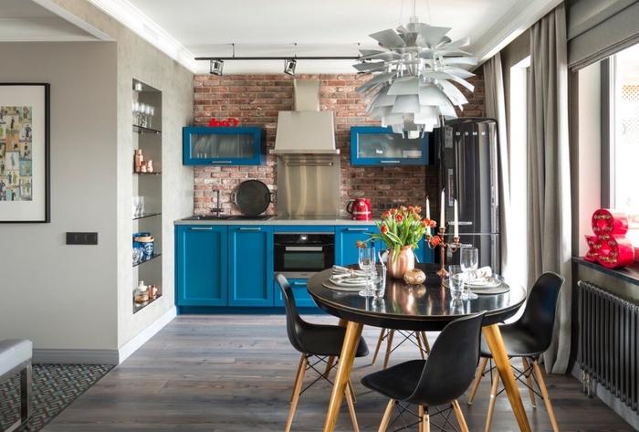une cuisine bleue d'esprit atelier associée aux touches de gris et de noir, quelle couleur pour les murs d'une cuisine bleue de style loft industrile