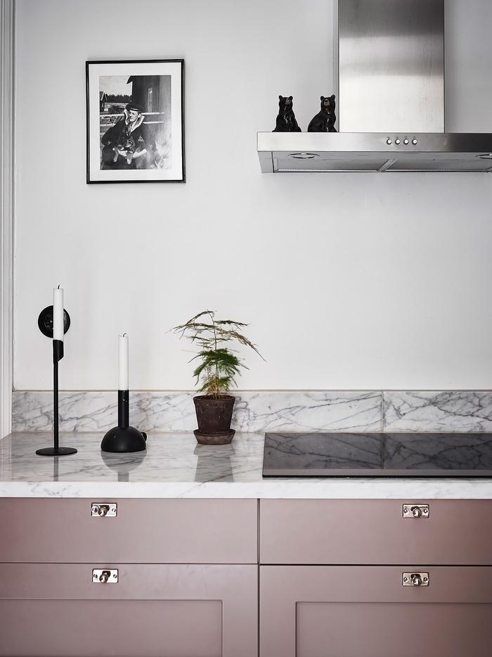 quelle couleur pour les murs d'une cuisine gris, une cuisine moderne d'esprit nordique associant des meubles rose mat à des murs gris pâle et une crédence en marbre à veinures grises