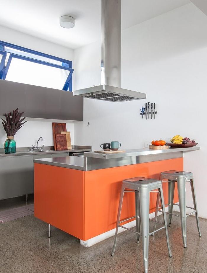 cuisine grise moderne en acier inoxydable et orange pour un look à la fois professionnel et contemporain