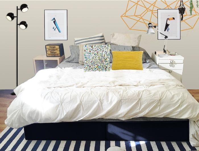 tete de lit design en motifs géométriques peints et cadres avec dessin animal coloré, coussins décoratifs colorés