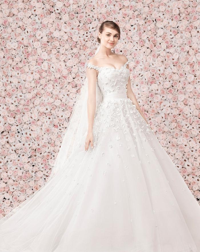 robe de mariage princesse avec une jupe coupe princesse et bustier avec de petites fleurs brodées et manches tombantes