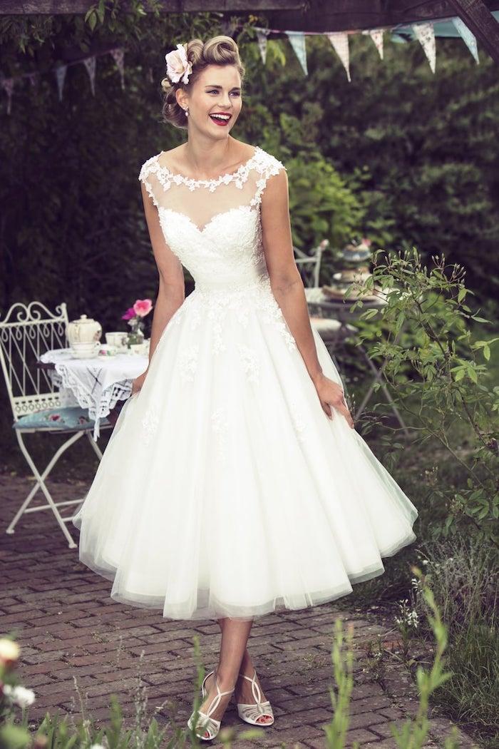 idée de robe de mariée courte vintage avec jupe en tulle et un top floral avec partie transparente, coiffure vintage accessoirisé de fleur