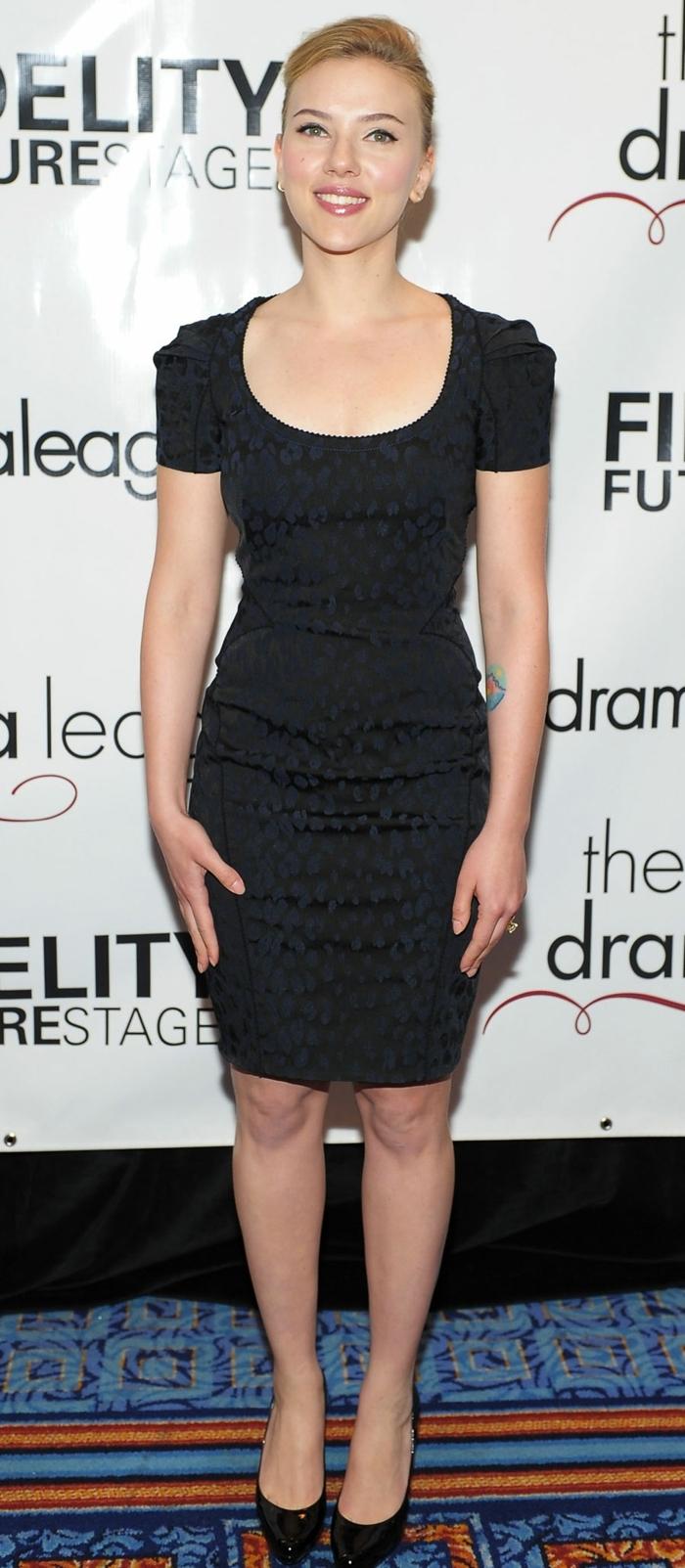 robe moulante noire, robe femme habillée, Scarlett Johansson, robe à manches courtes