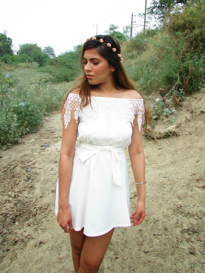 Robe courte epaules denudees ete femme robe boheme dentelle style hippie mode idée tenue vacances cool tout en blanc