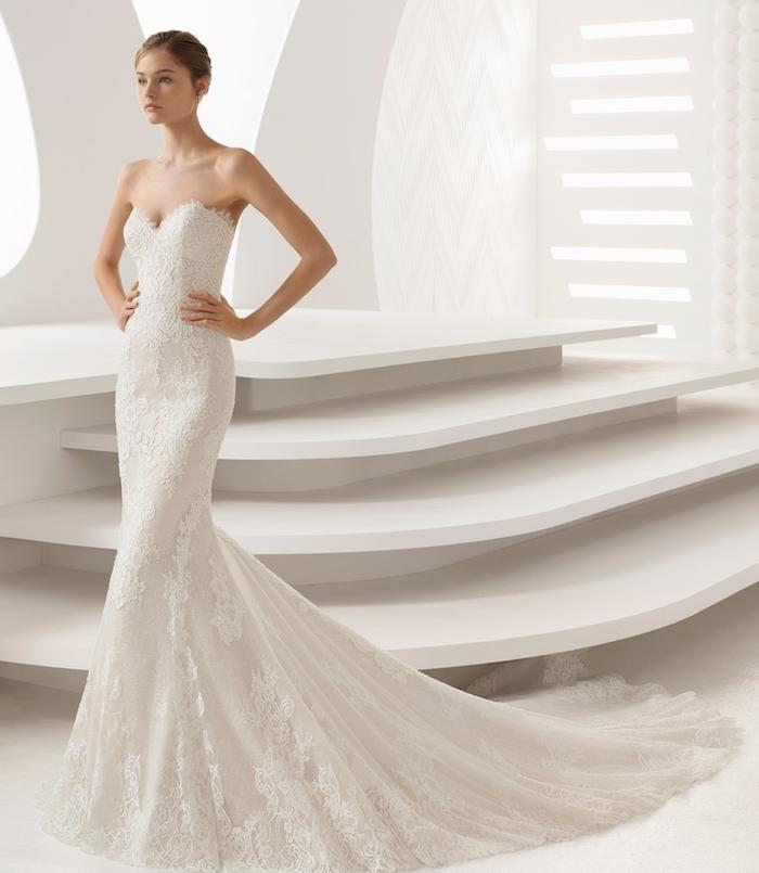 robe mariée dentelle avec coupe fourreau et traine, bustier à motifs floraux, épaules nues, fond blanc