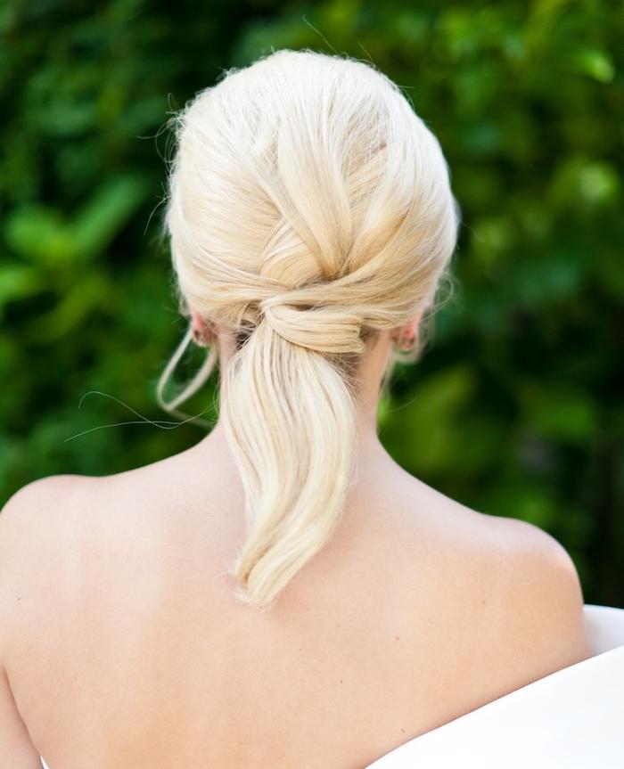 queue de cheval blonde avec des mèches entrelacées, couleur de cheveux blond clair, coiffure mariage cheveux mi longs originale et élégante