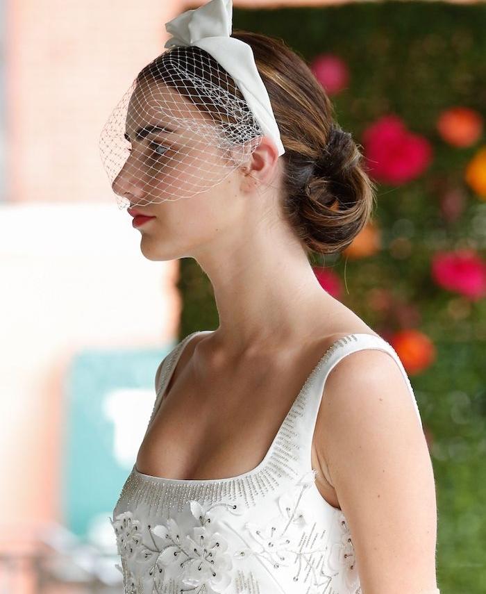 queue de cheval ondulée vers l intérieur de cheveux chatain, chapeau de mariée bibi et serre tête blanche