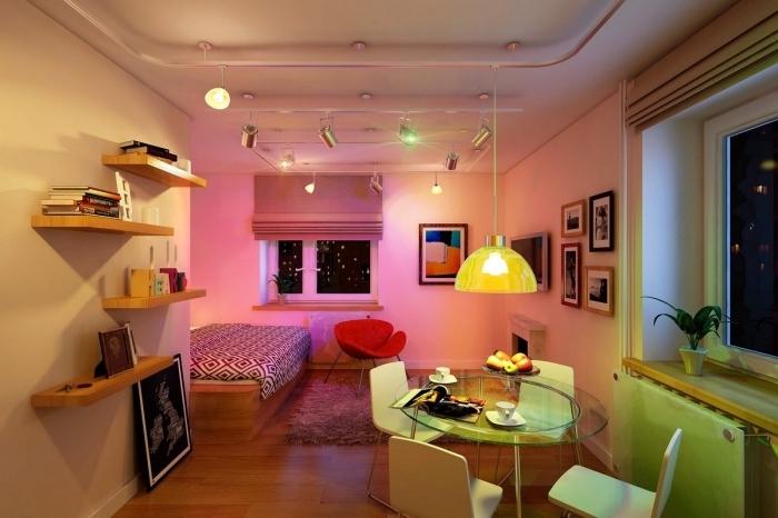 idée comment décorer un studio étudiant avec petite cuisine coin à manger et grand lit, déco aux murs blancs et accents colorés